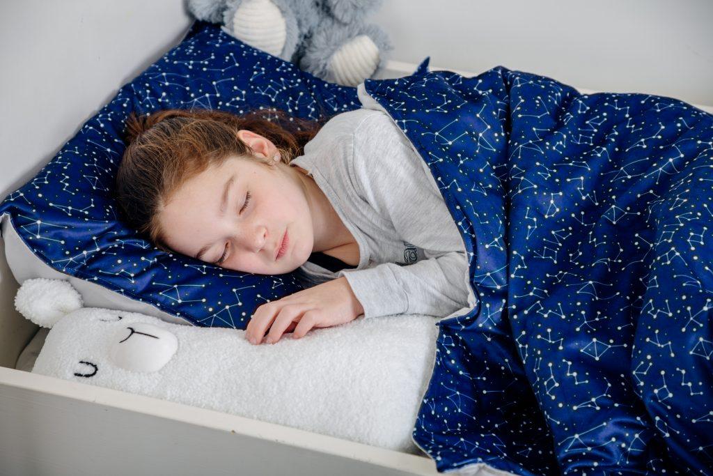 kind ligt onder verzwaringsdeken van simply cosy