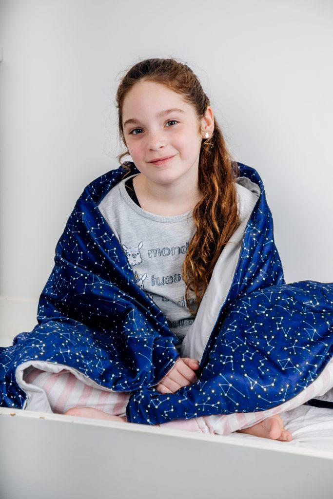 Meisje onder een verzwaringsdeken van Simply Cosy